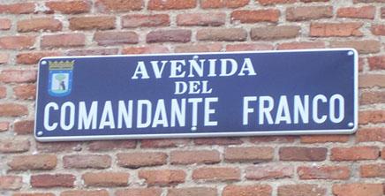http://www.foroporlamemoria.info/simbolos_franquistas/madrid_arturop/4.ComandanteFranco.jpg