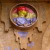 El activista Shangay Lily escupe al medallón de Franco en la Plaza Mayor de Salamanca