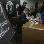 Ángel Viñas firma ejemplares tras la presentacion(2)