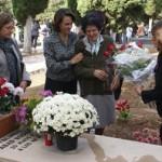 Conchi Abad hija del alcalde fusilado Facundo Abad, coloca una corona en la tumba de su padre_B