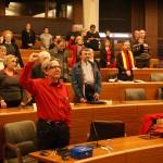 0005 El público asistente escucha el himno republicano