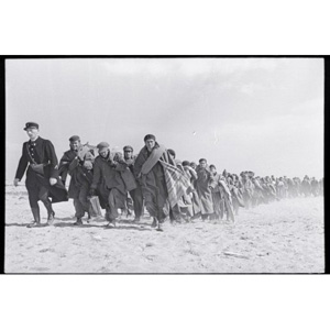 robert-capa-arrivee-de-refugies-encadres-par-les-gendarmes_287988_516x343