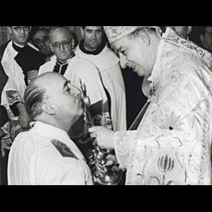Franco-bendecido-por-la-Iglesia-