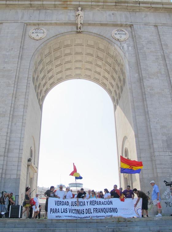 Ante el monumento 560