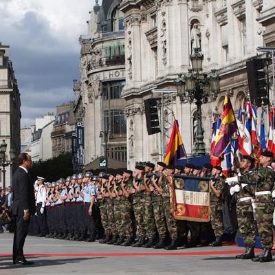 Hollande_saluda_bandera_republicana_española 400