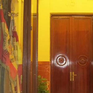 Pendones-franquistas-con-la-entrada-al-despacho-del-alcalde-Francisco-Javier-Fragoso-al-fondo