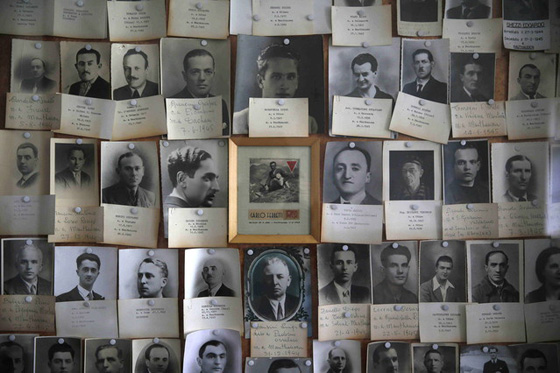 GRA275. MAUTHAUSEN (AUSTRIA), 10/05/2015.- Retratos de algunos de los muertos en el museo del campo de exterminio nazi de Mauthausen. El ministro de Exteriores español José Manuel García-Margallo, ha visitado la ciudad austriaca de Mauthausen para participar en el desfile y posterior ofrenda floral en el monumento a los caídos en el marco del principal acto conmemorativo del 70 aniversario de la liberación del campo de concentración. EFE/Paco Campos