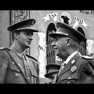 ** ARCHIV ** Ein Archivbild vom 29. Mai 1966 zeigt den spanischen General Francisco Franco, rechts, im Gespraech mit dem damaligen Prinzen Juan Carlos, links, waehrend einer Militaerparade in Madrid. Der 22. November 1975 war fuer Spanien zweifellos ein wichtiges Datum: Juan Carlos wurde offiziell zum Koenig erklaert. Damit endete die Zeit der Diktatur unter General Franco, der das Land 40 Jahre lang mit eiserner Faust regiert hatte. Juan Carlos war von ihm als Nachfolger auserkoren, er sollte seine Arbeit weiterfuehren. Doch der junge Koenig widersetzte sich und kuendigte schon in seiner erste Ansprache vor dem Parlament an, die Demokratie in Spanien wieder einsetzen zu wollen. Offiziell gefeiert wird die seit 30 Jahren andauernde Regentschaft des Koenigs allerdings nicht. (AP Photo/EFE) ** B/W ONLY ** EFE OUT ** ** zu unserem KORR. **